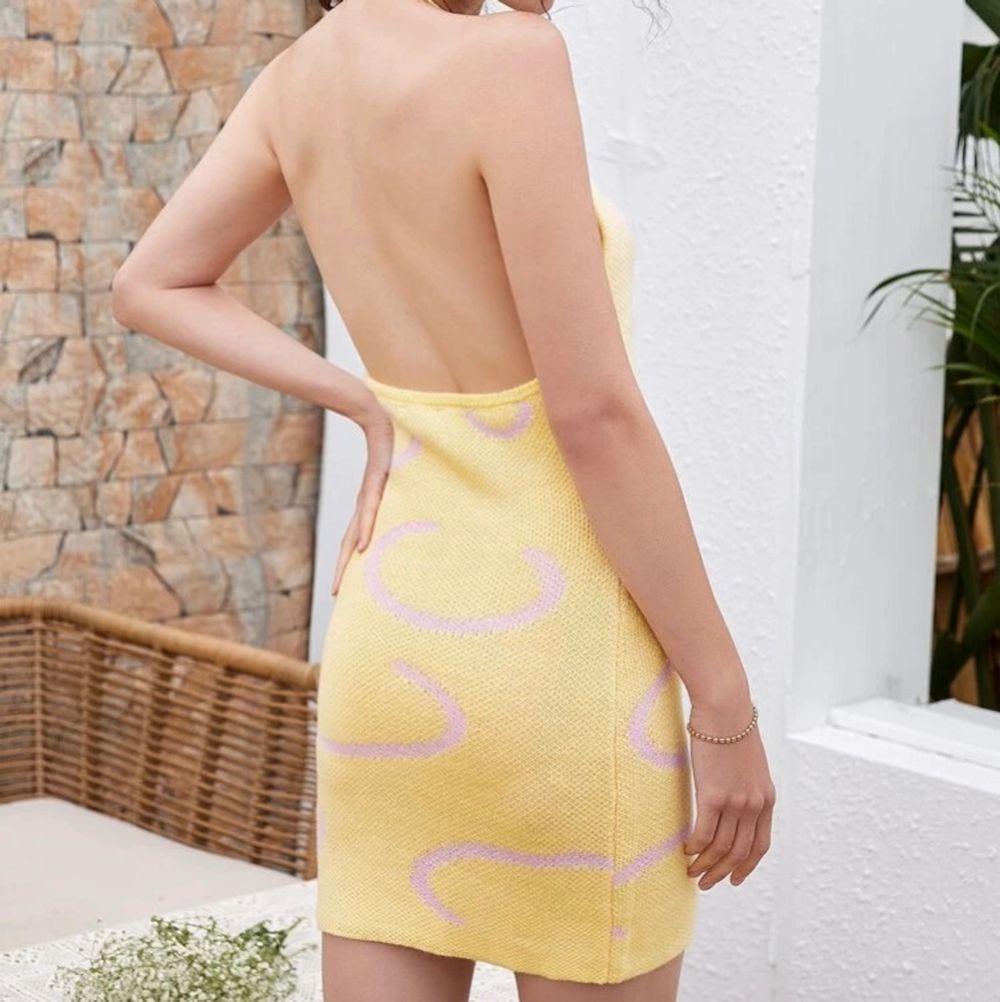 (Inte mina bilder) Stickad klänning som jag köpt men kände inte att den passade så bra på mig då jag har annorlunda klädstil, super söt och fin mot sommaren och varma sommarkvällar 🌅 den är i storlek S men passar även XS. Buda ifrån 90kr och frakt betalar köparen 💗 . Klänningar.