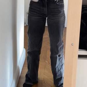 Mina absoluta favorit byxor som tyvärr är för små för mig❤️  Smala i midjan men benen är större. Dom är tajta i röven. Jag är 163 och dom är lite långa för mig. Dom är använda men ändå i gott skick💕 Man känner sig som en modell, har fått jätte många komplimanger för dom här byxorna. Inte så högmidjade, man ser naveln fortfarande.