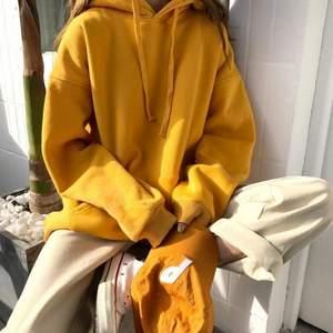 Coca cola hoodie i en fin senapsgul färg! Köpt från Carlings men är från märket Valient. Storlek M så den sitter oversized på mig som är en S. Sitter skitsnyggt! Frakten är inkluderad i priset 🥰