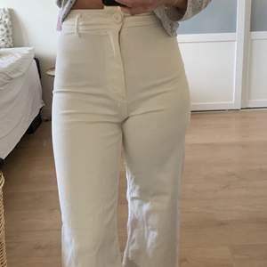 Vita jeans ifrån zara. Säljer då de sitter lite tajt på mig. Är min storlek, men antar att modellen kanske är liten i storlek. Aldrig använt utan endast testat. Är 166cm💕modellen heter: the marine straight
