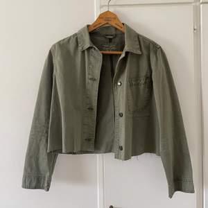 Tunn vårjacka ifrån märket Teddy Smith! Finaste gröna färgen och så fin med en enkel vit t-shirt och blå jeans bara! Storlek 0 så skulle säga s!!🥰