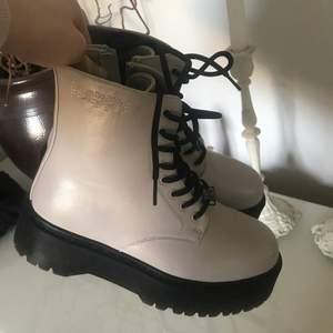 Säljer dessa oanvända skor i storlek 37. Otroligt fina men tyvärr för små för systern min.        Nypris 800kr. Mitt pris 400kr