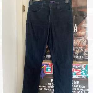 Jeans med stretch i Köpta secondhand! Storlek 8 passar mig med 38 men behöver bälte. Frakt 66kr annars så möts jag i Stockholm! 💌
