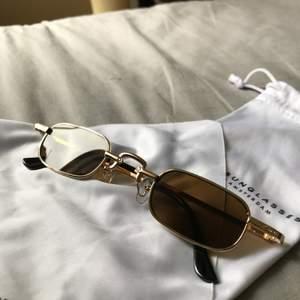 Oanvända solglasögon från blank sunglasses. Brunt tintat glas och guldiga bågar med detaljer. Varning för bild tre men där syns passformen. Köpta för 400kr mitt pris 250kr inklusive frakt!