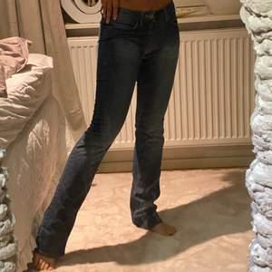 Low waisted ACNE jeans. Stolek 28/34 (Xs) Jag är 168, lägger sig snyggt över skon.