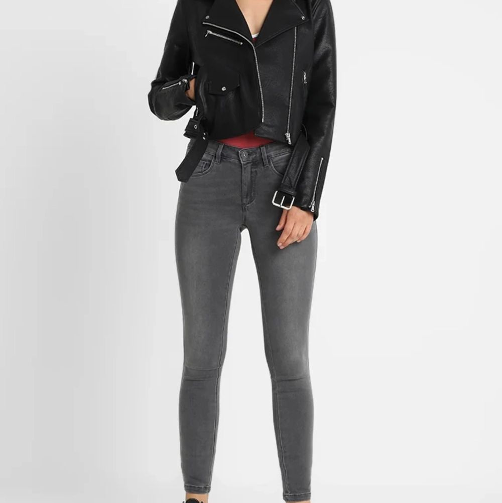 snygga och bekväma jeans som knappt är använda, storlek Xs/32. Jeans & Byxor.