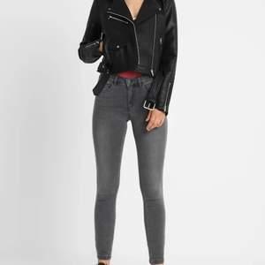 snygga och bekväma jeans som knappt är använda, storlek Xs/32