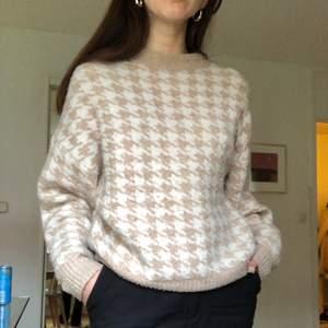 Stickad tröja från H&M i hundtandsmönstrad. Högkrage och lite oversized. Fint skick då den är sparsamt använd. Storlek S men passar mellan XS-M. Köpare står för eventuell frakt men kan mötas upp också.