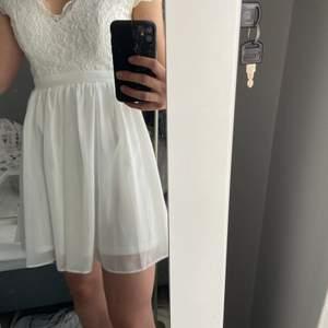 Jättefin vit klänning, passar perfekt till student eller konfirmation. Använd endast vid ett tillfälle. Kan skicka fler bilder vid intresse.