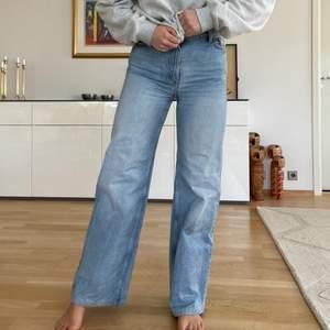 Hejsan!! Säljer dessa skitsnygga YOKO jeans från Monki som är supertrendiga!! Dem är sparsamt använda och är specialsydda för mig så att dem passar en som är ca 163cm lång (är st 36). Köpte dem direkt från butiken för några månader sen. Skriv privat om ni har frågor/vill ha fler bilder, annars är det bara att buda på!💙💙💙