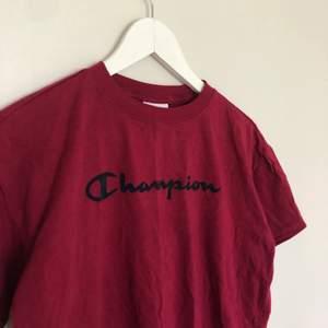 Vintage Champion t-shirt i storlek Medium men passar mindre. Den har en boxy passform. Är i vintage skick och har inga defekter.