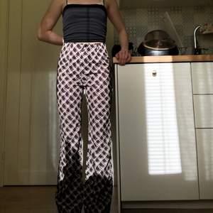 Ett par super fina byxor som jag köpte fel storlek i så säljer vidare dom🥰 storlek xs och aldrig använda. Säljer dom för 100 kr + frakt men pris kan alltid diskuteras! Skriv vid frågor😇