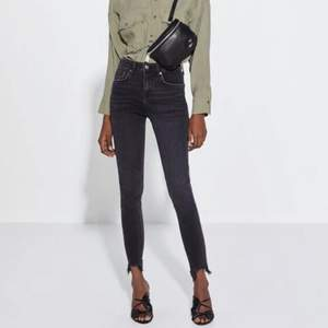 (Köparen står för frakt) The Skinny In Pearl Black jeans. Sitter superfint, lite använda. Buda i kommentera eller skriv för fler bilder!💗