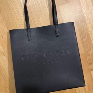 Jättesnygg oanvänd väska från Ted baker !