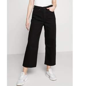 Svarta jeans från Monki i modellen Mozik, storlek 25. Endast använda 3 gånger, jättefint skick! Säljer för 220kr. Köparen står för frakten✨