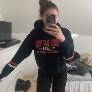 Super fin hoodie från H&M i stl M. Oversized och super skön, använd fåtal gånger och är inte i ett urtvättatt skick. Tröjan är i en väldigt finörkblå färg och passar till mycket. Om ni är intresserade hör av er på pm, eller för fler bilder eller frågor. Nypris är 200 mitt pris är 50kr+frakt.☺️