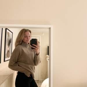 Jättefin beigebrun stickadtröja. Köparen står för frakten:)