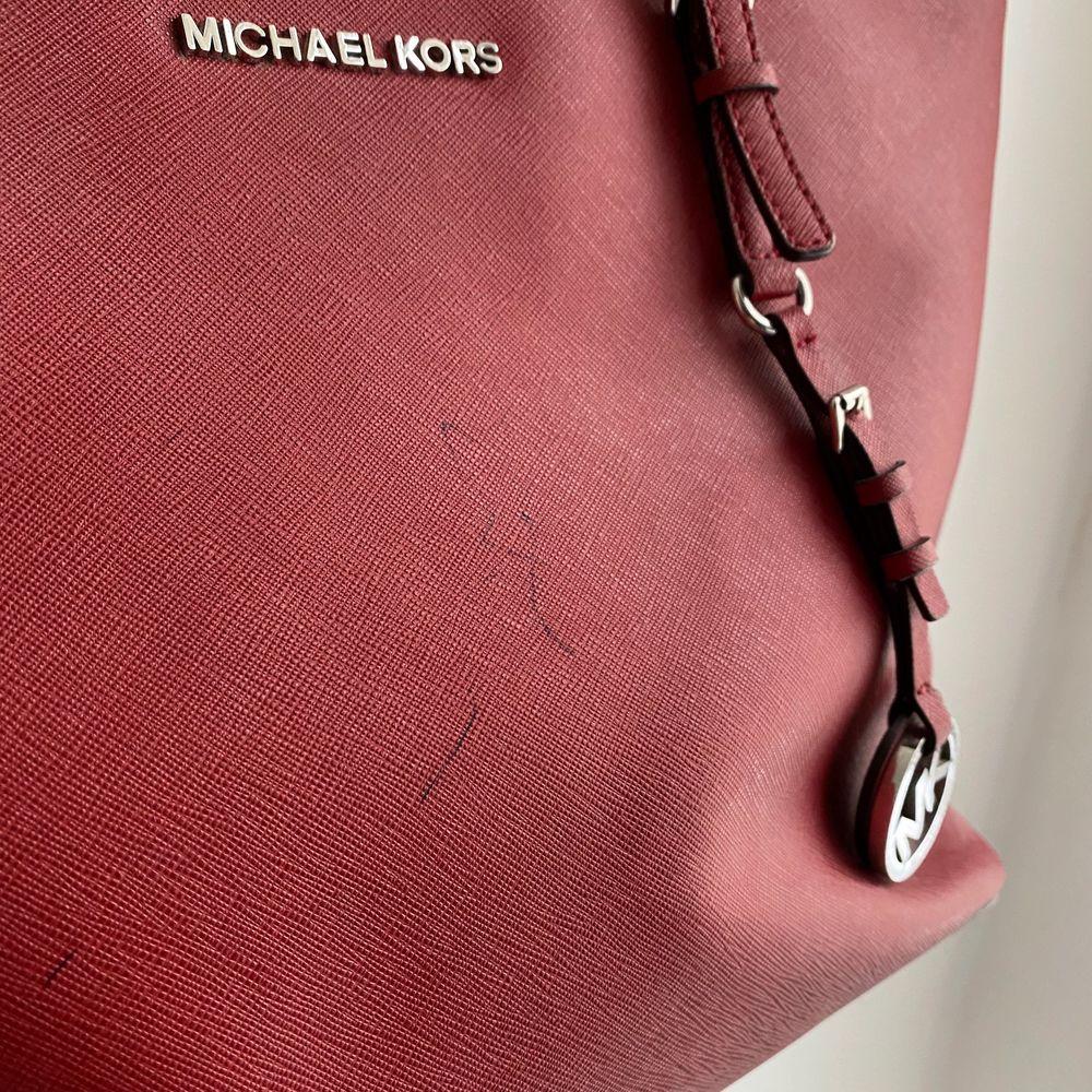 Populär väska från Michael kors. Köpt och använd av mig så givetvis äkta. Lite färg från en bläckpenna finns på väskan, därav priset. Ingenting som man lägger märke till, se bild 3. Möjligt att det går bort med aceton. . Accessoarer.