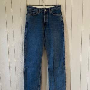 """Trendiga jeans från Weekday. Modell: """"Row"""". Väl använda men utan smuts-/fettfläckar. Originalpris: 500:-"""