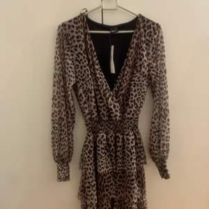 Leopard kläning från Gina Tricot. Aldrig använd, prislappen sitter kvar.