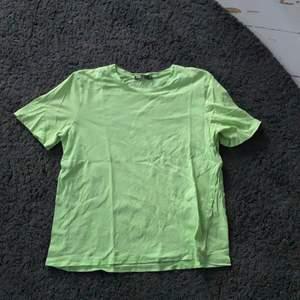 Neongrön t-shirt från zara som är i fint skick, dock ett litet hål i ärmen som knappt                                                            Kan mötas upp i Norrköping annars står köparen för frakten