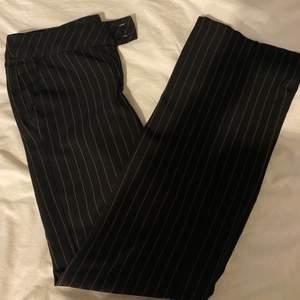 Säljer dessa snygga kostymbyxor i bootcutmodell. Köpt vintage så vet inte vad det är för märke. Byxorna är låga i midjan. Betalning sker via swish och köparen står för frakten. 🤎