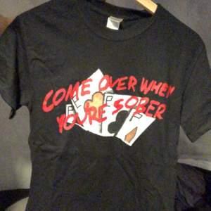 Allt säljs i samma set. T-shirten är i XS och nästan oanvänd. Du får med COWYS2 på vinyl och exklusiva stickers
