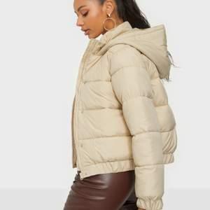 Säljer min beige puffer jacket från missguided för 259 köptes för 450  , då av att den är ALDRIG Andvänd har testat den 1 gång , men aldrig gått ut med den osv ❤️❤️ Jag valde storlek M för jag ville ha lite oversize för har vanligtvis S men denna va inte så oversize som jag trodde den satt typ som en s på mig ❤️ super skön och fin & inga fläckar osv