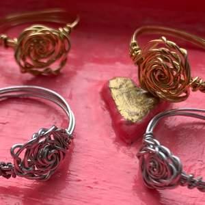 🌹 (1=25kr; 2=45kr; 3=65kr) handgjorda ringar i både guld- och silverfärg som kan göras i alla storlekar ♡ tveka inte på att skriva till mig om det finns frågor eller behov av fler bilder <3 köparen står för frakt (12kr) men frakten är densamma vare sig du köper 1 eller 10 ringar :) 🌹