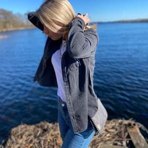 En såå fin jeansskjorta från Calvin Klein i storlek S, köpt på Kidsbrandstore barnavdelningen i storlek XXL, motsvarar S/liten M. Nypris: 800kr Använd 2-3 gånger!! Såååå fin💞💞🥺🥺
