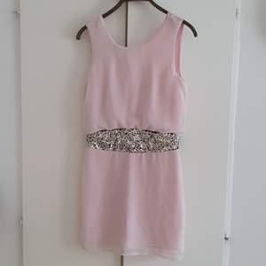 Kort klänning eller blus.
