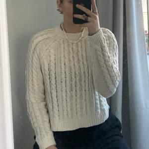 Lite croppad stickad tröja i créme vit färg! Inte använd många gånger! Frakt tillkommer🤍