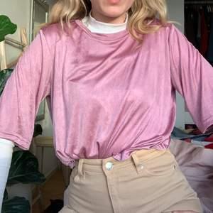En rosa glansig tshirt från märket ROSE. Supermjuk och hänger fint på kroppen.