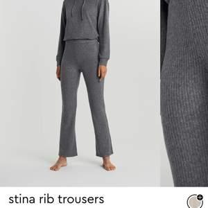 Säljer dessa ribbade byxor som kommit till användning typ tre gånger. Bra pris om du vill köpa. Sitter vid fötterna på mig som är runt 165cm