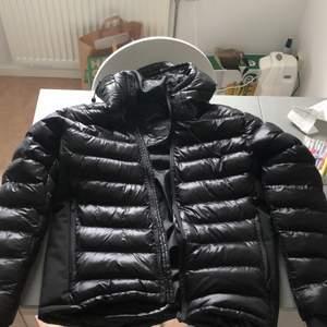 En varm och kvalitativ dunjacka från Brave Soul, köpt förra vintern men inte använd pågrund av att den var för stor i storleken. Storlek M men passar även de med storlek L som standard. Bra kvalite och varm till kommande vinter!
