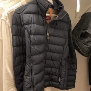 Säljer min parajumper dun jacka då jag funderat på att köpa en ny jacka. Pris kan diskuteras vid snabbaffär!   Strl Medium.