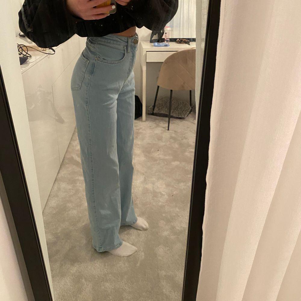 Ljusblå wide leg jeans från madlady i storlek 32, endast använda två gånger. Jag är 165 cm lång.. Jeans & Byxor.