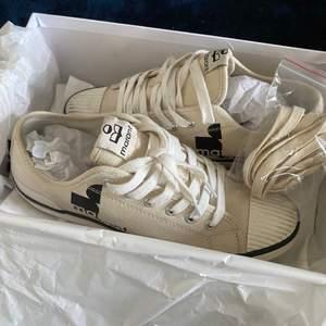 Säljer mina fina Isabel Marant sneakers i storlek 39. Dem är använda 2-3 gånger så inga slitningar, har inte tvättat dem därför ser dem lite smutsiga ut på bilderna på kommer självklart göra de om dem blir sålda:)