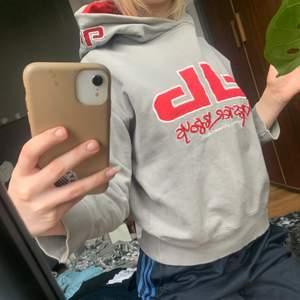 Sjukt snygg hoodie från okänt märke, köpte den secondhand men har knappast använts. Köparen står för frakten.