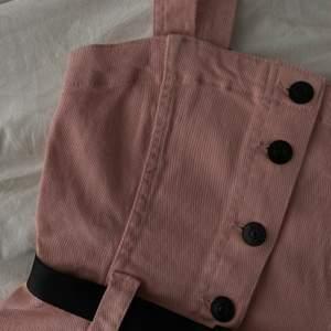 Helt ny, super söt rosa klänning 🤍 köpte denna för ca 1 år sedan men har aldrig fått någon användning av den då jag nästan aldrig använder klänning. Den är helt ny med prislappar kvar, köpt för 299kr. Skicka privat vid frågor eller intresse💗