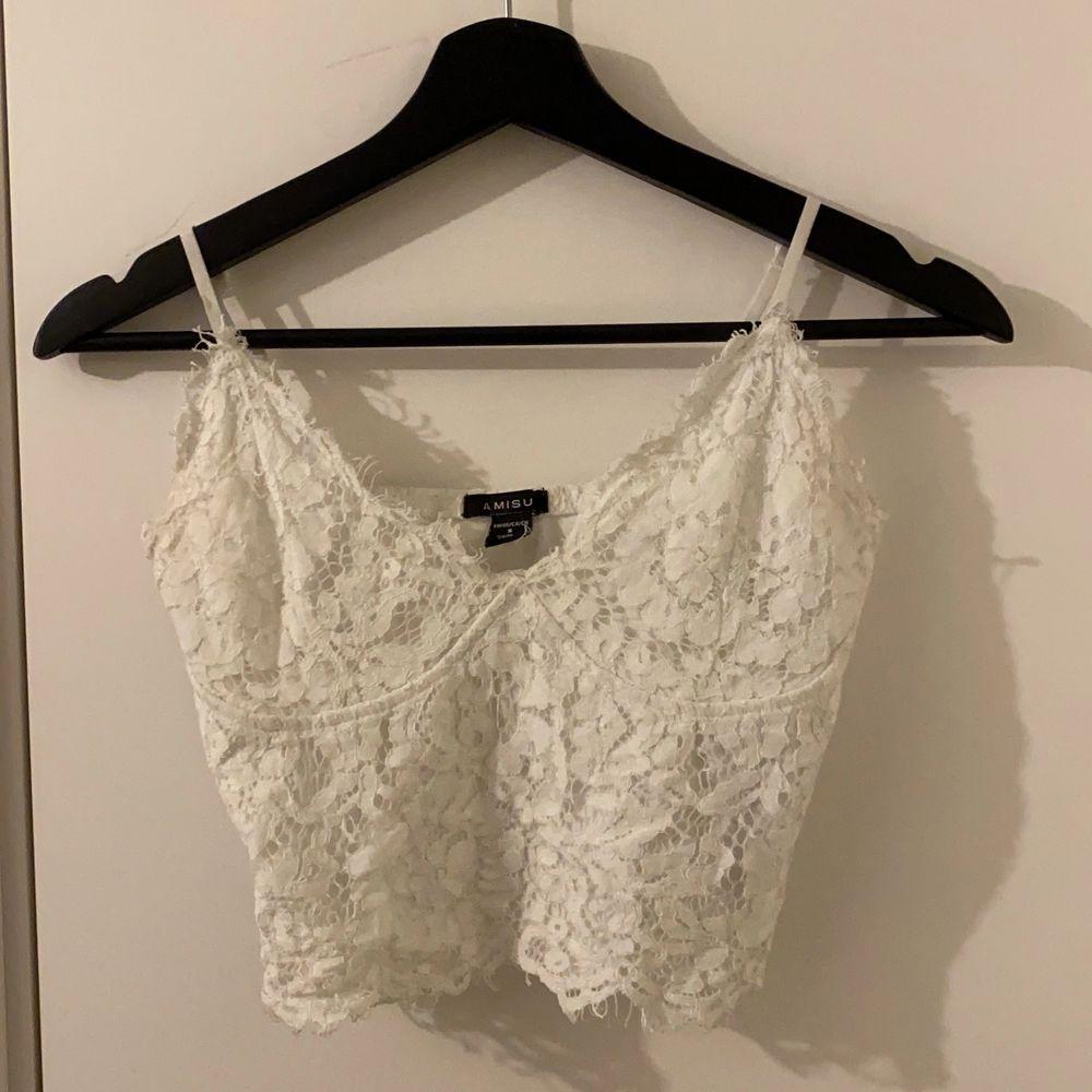 Säljer ett vitt linne med spets material, säljer också i svart i profilen!💖. Toppar.