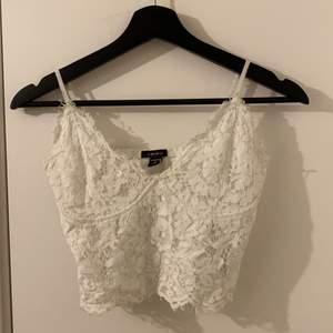 Säljer ett vitt linne med spets material, säljer också i svart i profilen!💖