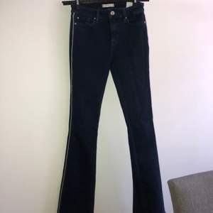 Jeans med silver detalj i sidorna på benen. Från Tommy hilfiger. Knappt använda. Storlek 26 i midja och 32 i längd ( passar mig som är en storlek 32&34 ).