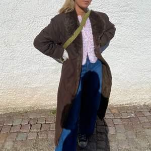 Säljer min skitsnygga, bruna pälskappa i äkta päls från Jolipel by Niedieck🤎💜🤎💜 jättebra skick och nypris 4000kr från en vintagebutik i Paris. Helfodral med päls! Lite oversized för mig som har XS. Skicka PM för fler bilder:)
