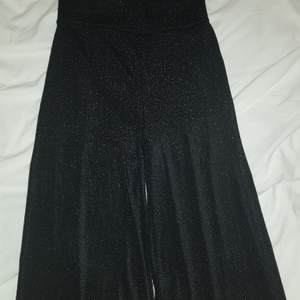 Ett par svarta glittriga raka byxor från Bik Bok. Otroligt skönt material och du kan partaja natten lång utan att vara obekväm 😉