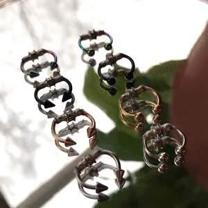 (Fake septum piercingar!!) Jag gör dessa för hand så kom ihåg att om du väljer att köpa så stöttar du ett litet företag ist för något stort!! Jag har fullt i lager i silver, guld, svart och även regnbåge!! Det tar lång tid och mycket material att tillverka dessa därför säljs dom för 175kr, Har även massa nya modeller!! Alla är i storlek 8mm men har silver, bollar i 10m också!! Om man vill köpa så kan man höra av sig här eller via min insta DM @handmadehapp1ness! Om ni har några frågor angående dessa går det jättebra att fråga! Jag rekommenderar att ha den på sig 4 timmar i taget, då det är rätt starka magneter och är viktigt att låta näsan vila ibland! Många frågor angående hur tåliga dom är osv är vad händer när man nyser? Ramlar dom av lätt? Är de vattentåliga? Dom tål rätt mycket och ramlar inte av när man hoppar nyser osv men jag rekommenderar att ta av vid dusch och bad så dom ska hålla så länge som möjligt! Den är även nyckelfria!!🥰                                           VARNINGAR!! Håll borta från barn under 7 år! Stoppa aldrig någonstans förutom i näsan vid användning! Denna produkt tillverkas med mycket starka magneter som kan komma till skada om äten! Vid köp så godkänner man man följande villkor!!          Personen jag köpt den av står inte ansvarig för någon form av skada relaterat till produkten!                 Mina vanliga köpevillkor gäller även för denna produkt!!