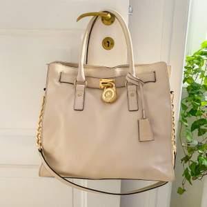 MK väska i toppskick! Rymlig, äkta läder & dustbag medföljer. Köpt på Macy's i Chicago. Nypris: ca 3000kr. Enda märket som finns på väskan är på metallplattan bakom låset (bild 3,syns inte vid användning). Snabb affär = lägre pris