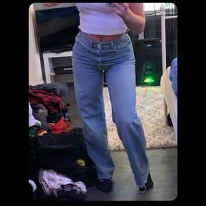 Skit snygga raka jeans som tyvärr inte kommer till användning!! Jag är 160 o de går ner till fötterna på mig. Köparen står för frakt (79kr)❤️❤️