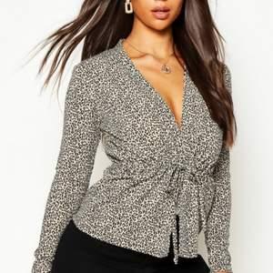 En leopard tröja med knytband, liten i storleken men ändå stretchig, endast använd ett par gånger.