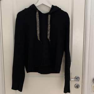 Stickad svart hoodie med strass stenar från Zara. Liten i storleken. Knappt använd och är som ny. Frakt pris tillkommer.